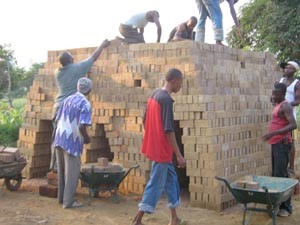 Façonnage des briques de 20x10x7,3 et 28x15x10 par les jeunes artisans 2