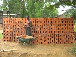 Façonnage des briques de 20x10x7,3 et 28x15x10 par les jeunes artisans 3