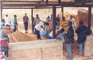 Façonnage des briques de 20x10x7,3 et 28x15x10 par les jeunes artisans